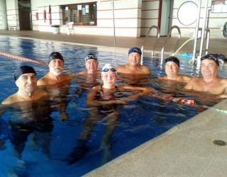 Nerea Ibáñez con los componentes de los cursos de natación