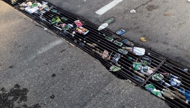 Rejillas de recogida de aguas ubicadas en  las calles de la ciudad