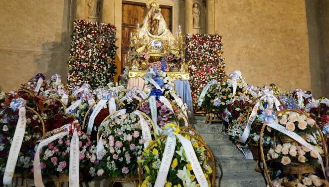 Miles de flores para la Patrona de Hellín