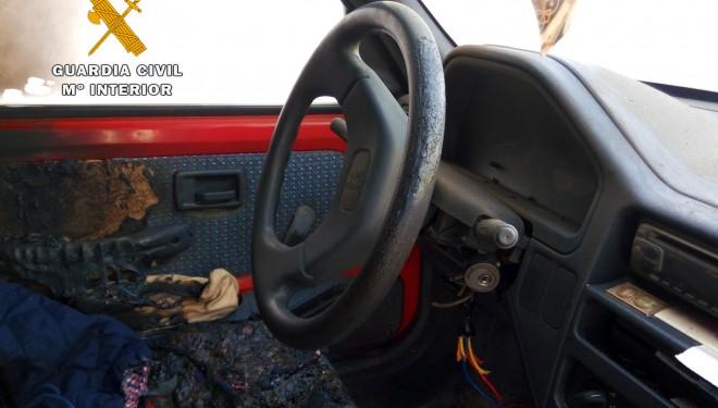 Tres hellineros detenidos por robar y quemar un coche en Elche de la Sierra
