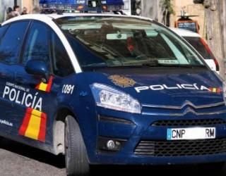 Huye de la Policía y choca con otro coche al esconderse en un garaje particular