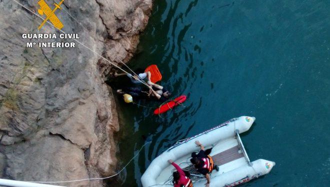 La Guardia Civil y el SEPEI rescatan con vida a una anciana que había caído en la presa del embalse del Talave