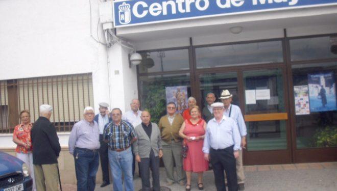 Protesta en la puerta del Centro de Mayores de Hellín