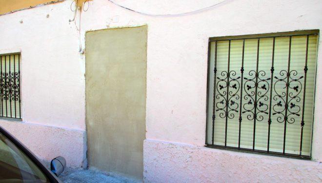 Desalojada la polémica familia de la vivienda del barrio de La Ribera