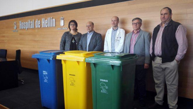 Entrega de 18 triadas de contenedores de reciclaje para uso del Hospital Comarcal