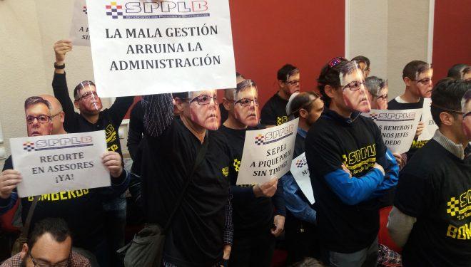 Bomberos del SEPEI se manifiestan en la sesión plenaria del Ayuntamiento de Hellín