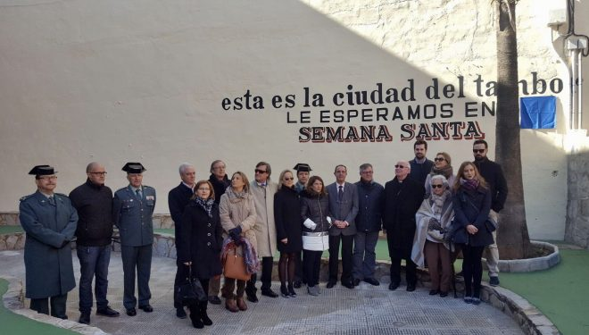 La pequeña plaza de la calle Mesones ya lleva el nombre del sacerdote Lázaro Fernández Falcón