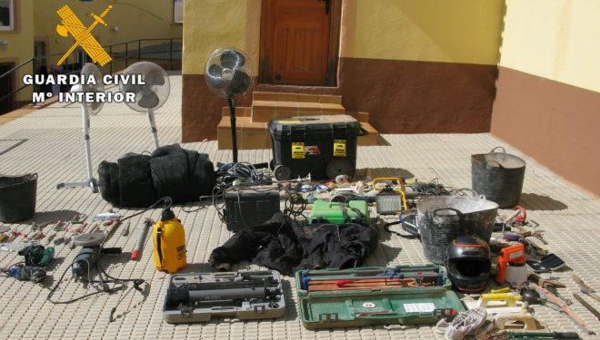 La Guardia Civil recupera tres aves de concurso y numerosa herramienta