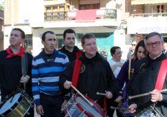 Emiliano García Page participa en la Tamborada de Hellín