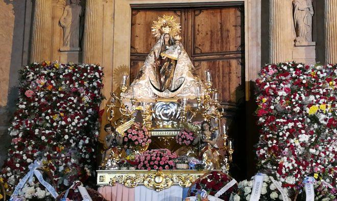 Ofrenda de flores en honor a la Virgen del Rosario