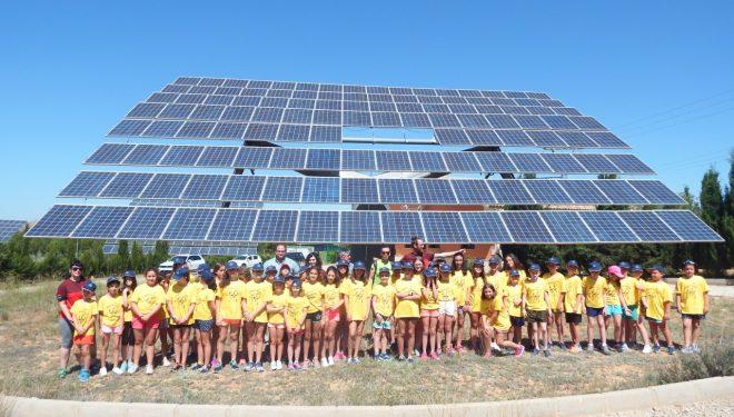 Los niños del Campamento Exploradores del Tiempo visitan un huerto solar