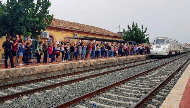 Unas 300 personas se concentran en la estación ferroviaria de Hellín