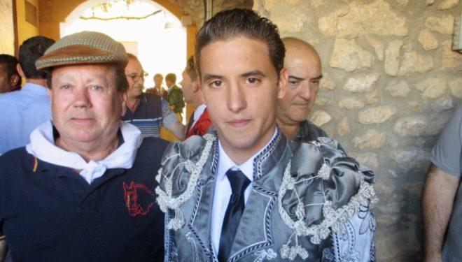 El torero local Diego Carretero sale a hombros, tras cortar tres orejas