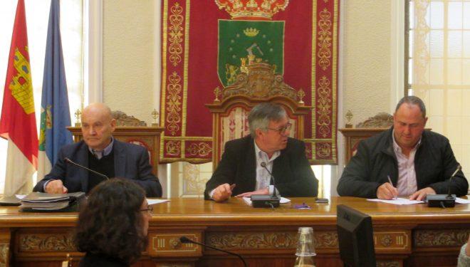Ramón García responde, con todo tipo de detalles, a las preguntas de la plataforma ferroviaria sobre las paradas del tren