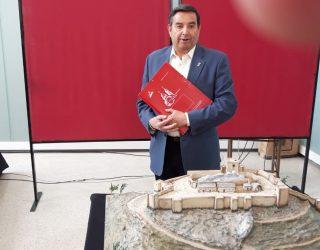 Rafael López Cañamón hizo donación al MUSS de una maqueta del Castillo de Hellín
