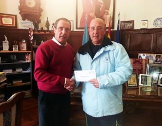 El alcalde entrega 9000 € del convenio de colaboración a Cruz Roja