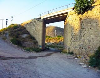 Un hombre aparece muerto junto al puente de la Sangradera