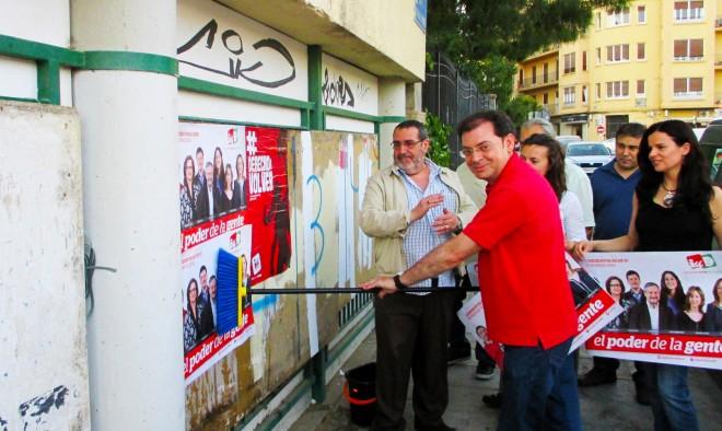 Javier Morcillo simula la pegada de carteles que tuvo lugar la pasada noche