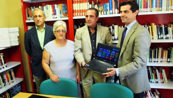 Javier Cuenca hace entrega de ocho ordenadores portátiles destinados a las bibliotecas de Hellín