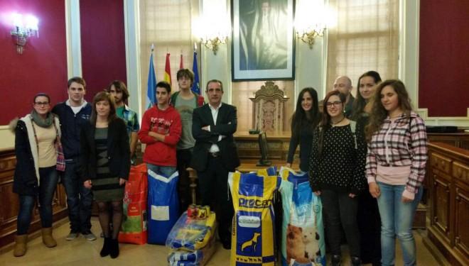Estudiantes del IES Cristóbal Lozano, del Melchor de Macanaz y del Izpisúa Belmonte donan 220 € al Centro de Recogida de Animales Abandonados