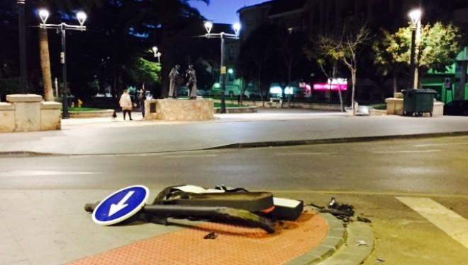 Una señal por los suelos y una granada de mano abandonada