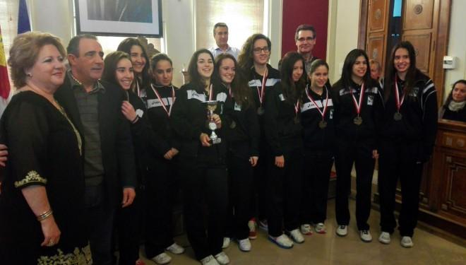 Entrega de medallas a los clubs participantes en los campeonatos escolares