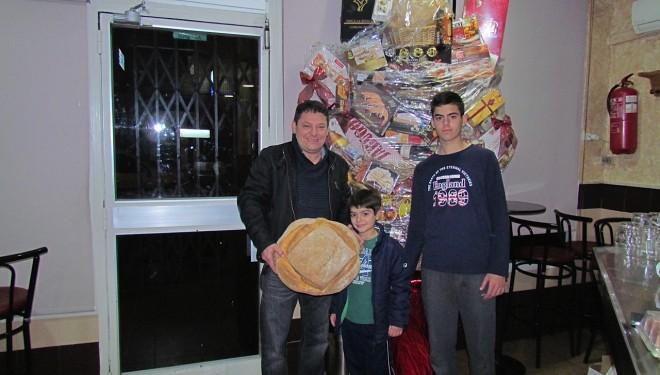 Javier del Pueblo ganador de la cesta navideña del Bar Pedro