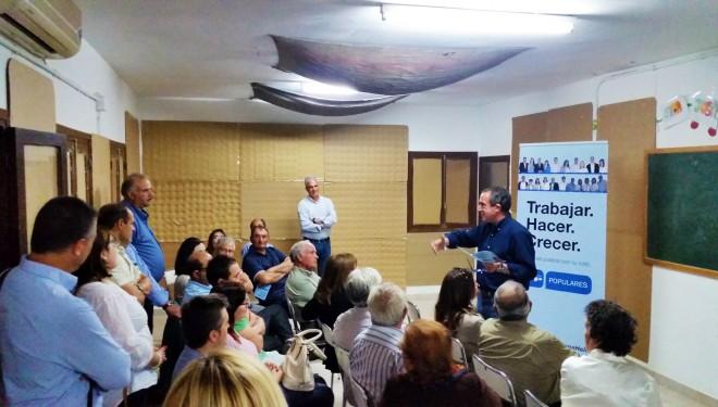 Mínguez explica sus propuestas a los  vecinos de Nava de Campaña