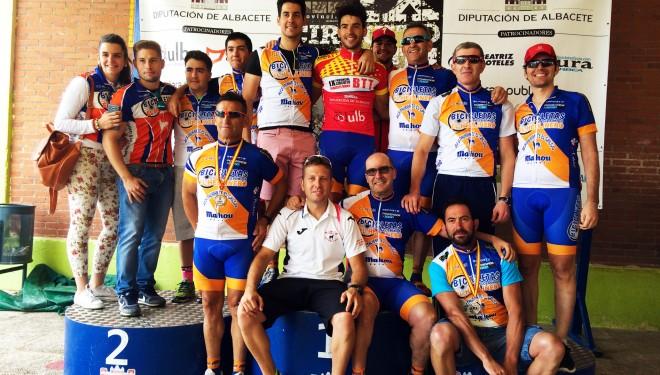 Los ciclistas hellineros siguen al mando del Circuito