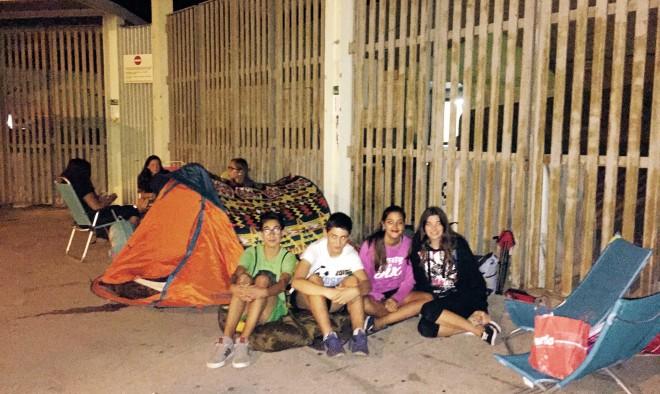 Jovenes acampados a las puestas del Estadio Carlos Belmonte