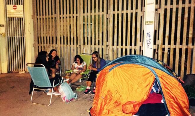 Jovenes acampados en las puestas del Estadio Carlos Belmonte de Albacete