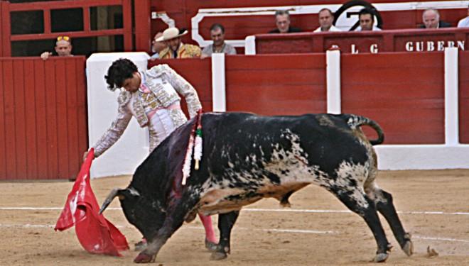 Miguel Abellán sale a hombros en un festejo con más ruido que fondo