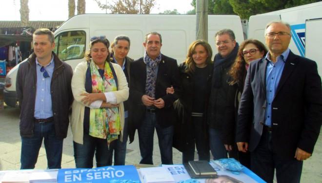 El Partido Popular y Unidad Popular-Izquierda Unida inician su campaña electoral en el mercadillo