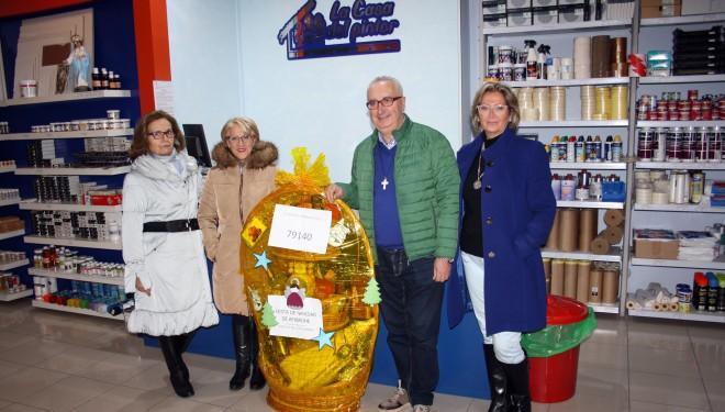Afibrohe entrega su cesta de navidad a los Hermanos de Cruz Blanca
