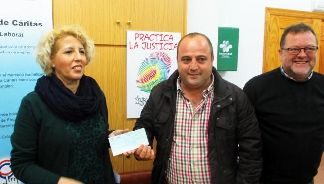 El empresario taurino, Jesús Soler, entrega un donativo de 1.800 euros a Cáritas