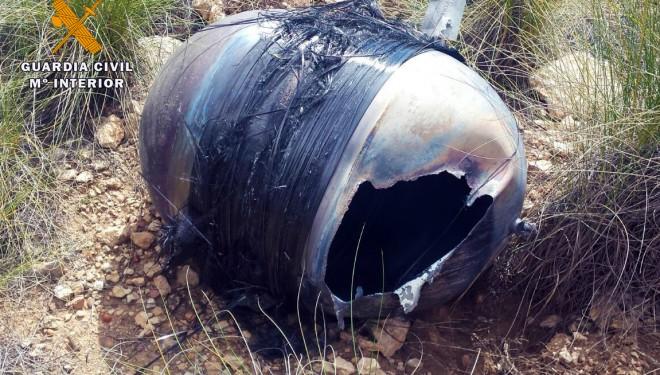 La Guardia Civil recoge en un terreno rural de Hellín un fragmento aeroespacial de titanio