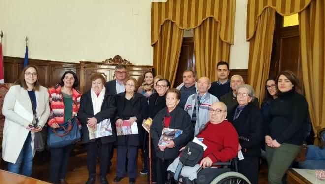 """Los residentes de Las Hazas visitan la exposición """"365 días de Pasión"""""""