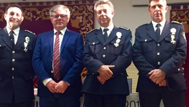 Los policías locales, José Sánchez, José Luis Oliver y Rafael Martínez condecorados