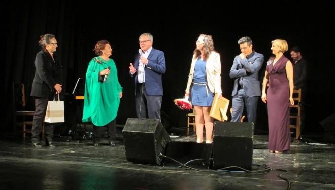 Emotivo homenaje de Dolores Abril en el Teatro Victoria