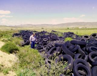 Un cementerio de neumáticos junto a Nava de Campaña