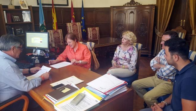 Firma de un convenio de colaboración entre el Ayuntamiento de Hellín y  Cáritas Interparroquial