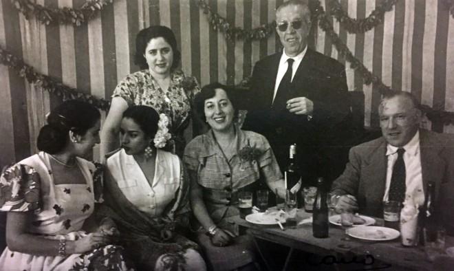 Feria de Sevilla 1951. Mariano Tomás Precioso junto a Lola Flores y otros amigos (Foto Cano)