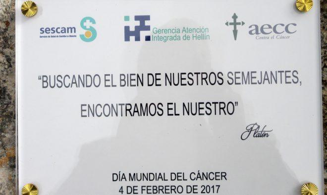 Placa como homenaje a los enfermos de cáncer / EFDH.