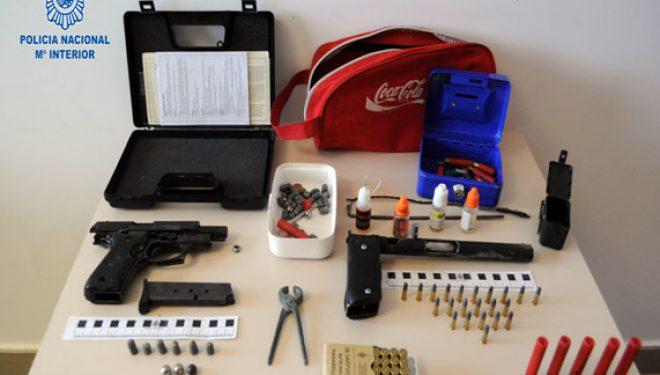 Un detenido por tenencia ilícita de armas y autor de un delito de malos tratos