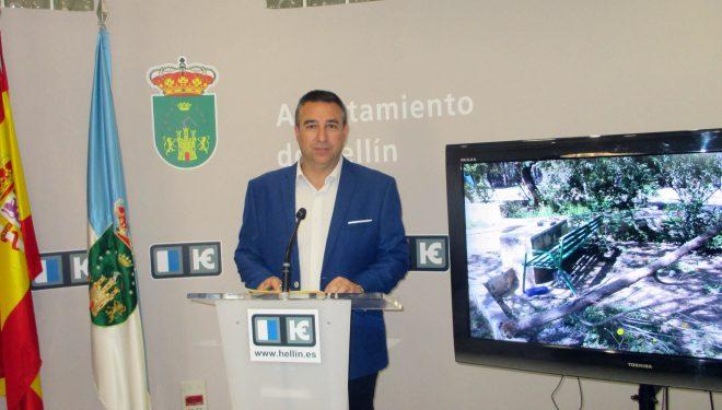 El concejal Antonio Moreno, denuncia el estado de dejadez y abandono que sufre la pedanía de Agramón