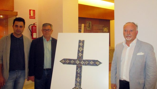 El Museo Comarcal recibe una cruz de cerámica que data de 1721