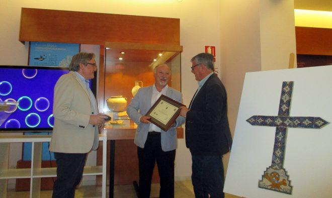 Ramón García hacía entrega en agradecimiento del Ayuntamiento de un recuerdo para Martínez Tebár / EFDH.