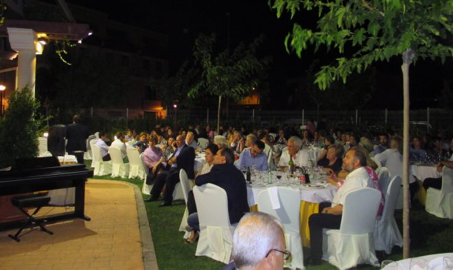 Gran ambiente en los jardines del Restaurante Emilio / EFDH.