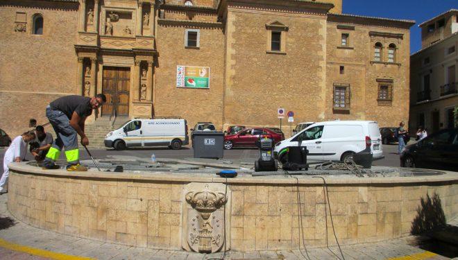Se trabaja para poner en funcionamiento la fuente de la Plaza de la Iglesia