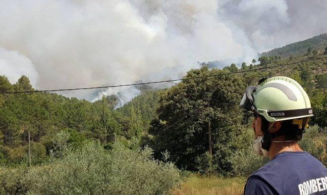Uno de los Bomberos de Hellín frente al Incendio de Yeste.